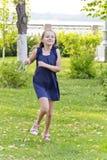 Kaukasisches Mädchen laufen in Sommer mit dem ungepflegten Haar Lizenzfreie Stockfotografie