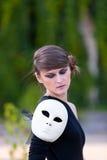 Kaukasisches Mädchen mit geschlossenen Augen im schwarzen Kleid Lizenzfreie Stockfotos