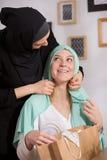 Kaukasisches Mädchen und hijab Stockbilder