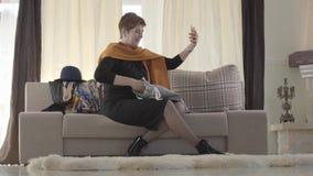 Kaukasisk kvinnlig bloggare som ger sina abonnenter gåvor online Damen lägger hand i presentväskan och tar av sig ansiktet arkivfilmer