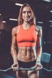 Kaukaska ładna sprawności fizycznej dziewczyna pompuje up mięsień na diety szkoleniu Obraz Stock