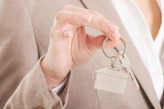 Kaukaska biznesowa kobieta trzyma domowych klucze. Obrazy Stock