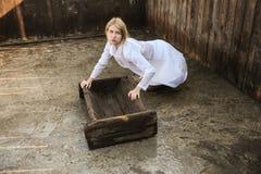 Kaukaska blondynka z niebieskimi oczami pracuje na świniowatym gospodarstwie rolnym jako weterynarz zdjęcia royalty free