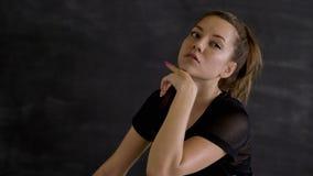 Kaukaska brunetka w sportswear pozuje na kamerze, czarny tło zdjęcie wideo