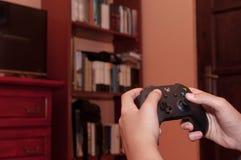 Kaukaska chłopiec bawić się na Xbox Jeden wideo grę fotografia stock