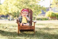 Kaukaska chłopiec jest ubranym Kanadyjskiego kapelusz i śmiesznych liści klonowych szkła obrazy stock
