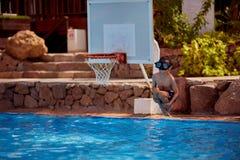 Kaukaska chłopiec ma zabawę robi fantastycznemu skokowi w basen przy kurortem Jego zbroi i nogi są szeroko otwarty obraz royalty free