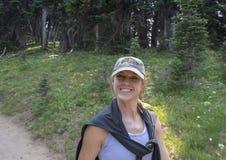Kaukaska czterdzieści pięć yearold matka cieszy się podwyżkę w góra Dżdżystym parku narodowym, Waszyngton zdjęcie royalty free