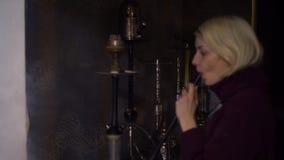 Kaukaska dziewczyna dymi nargile, ona jest nargile mistrzem zdjęcie wideo