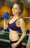 Kaukaska dziewczyna pracująca z dumbell w gym out Zdjęcia Stock