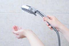Kaukaska dziewczyna trzyma prysznic podlewania puszkę Strumienie woda na ręce fotografia royalty free