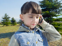 Kaukaska dziewczyny rozmowa telefon komórkowy Zdjęcie Royalty Free