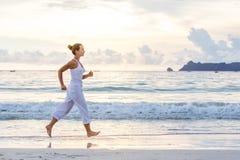 Kaukaska kobieta jogging przy seashore Obraz Stock