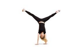 Kaukaska kobieta robi cartwheel odizolowywającemu na bielu obraz royalty free