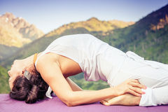 Kaukaska kobieta robi joga przy górą Zdjęcie Royalty Free