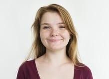Kaukaska kobieta Uśmiecha się Odosobnionego portret fotografia stock