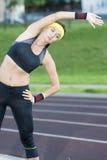 Kaukaska kobieta w Sportowym Sportgear Ma rozciągań ćwiczenia Outdoors Obraz Stock
