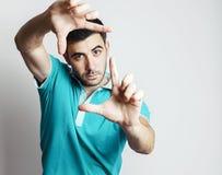 Kaukaska męska robi fotografii rama z jego ręki obrazy stock