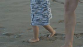 Kaukaska młoda kobieta i dwa lat dziecko bawić się na zmierzch plaży W górę mamy i córki nóg opuszczać zbiory wideo