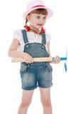 Kaukaska mała dziewczynka trzyma motykę Zdjęcia Royalty Free