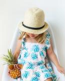 Kaukaska mała dziewczynka w słomy plaży Zielonego Smoothie lata pojęcia bielu Kapeluszowym Pije Soczystym tle zdjęcia stock