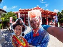 Kaukaska para ma w zabawie przed świątynią zdjęcia royalty free