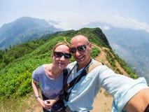 Kaukaska para robi selfie w górach blisko Sapa, Wietnam Obrazy Royalty Free