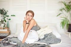 Kaukaski śpiący młody atrakcyjny kobiety czuć półsenny po budził się up, siedzi na łóżku ma złego nastrój po bezsennego obrazy stock