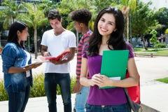 Kaukaski żeński uczeń z grupą inny międzynarodowy stude Obraz Stock