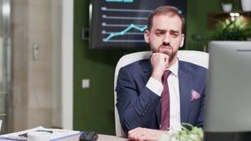 Kaukaski biznesmen czyta coś na ekranie wtedy nie zgadzać się zbiory