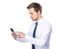 Kaukaski biznesmen czyta wiadomość telefon komórkowy Obrazy Stock