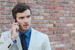 Kaukaski biznesmen opowiada na telefonie komórkowym - Akcyjny wizerunek obraz royalty free