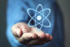 Kaukaski biznesmena mienia atom Władzy i innowaci pojęcie Fotografia Stock