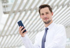 Kaukaski biznesmena mienia telefon komórkowy Zdjęcie Royalty Free