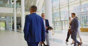 Kaukaski biznesmena odprowadzenie w lobby przy biurem 4k zbiory wideo