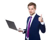Kaukaski biznesmena use notatnik i kciuk up Zdjęcie Royalty Free