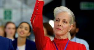 Kaukaski bizneswoman podnosi jej rękę w biznesowym konwersatorium 4k zbiory wideo