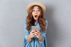 Kaukaski damy gawędzenie telefonem przyglądająca kamera zdjęcia royalty free