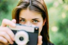 Kaukaski dziewczyny młodej kobiety fotograf Bierze obrazkom Starą Retro rocznika filmu kamerę Zdjęcia Royalty Free