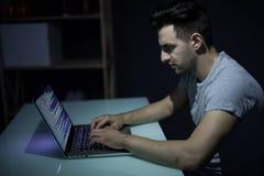 Kaukaski hacker sieka serweru w zmroku fotografia royalty free
