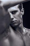 Kaukaski jeden młody dorosły mężczyzna, mięśniowy sprawność fizyczna model, kierownicza twarz fotografia stock