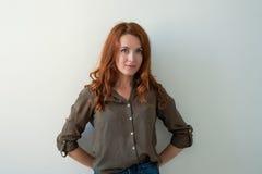 Kaukaski kobieta model z imbirowym włosy pozuje indoors Zdjęcia Royalty Free