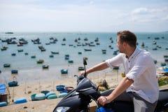 Kaukaski mężczyzna bez hełma siedzi na motocyklu Obraz Stock