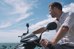 Kaukaski mężczyzna bez hełma siedzi na motocyklu Zdjęcie Royalty Free