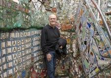 Kaukaski mężczyzna cieszy się Magicznych ogródy, tworzenie Isaiah Zagar, Filadelfia obrazy stock
