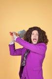 Kaukaski mężczyzna jest ubranym purpury z afro Nadaje się z gitarą za jego głową Zdjęcie Stock