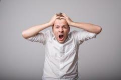 Kaukaski mężczyzna krzyczy out głośnego zdjęcie royalty free
