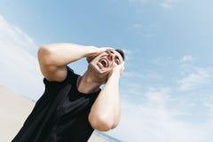 Kaukaski mężczyzna krzyczy outdoors Zdjęcie Stock