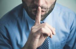 Kaukaski mężczyzna robi cisza gestowi zdjęcie stock