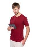 Kaukaski mężczyzna spojrzenie przy cyfrową pastylką Zdjęcia Royalty Free